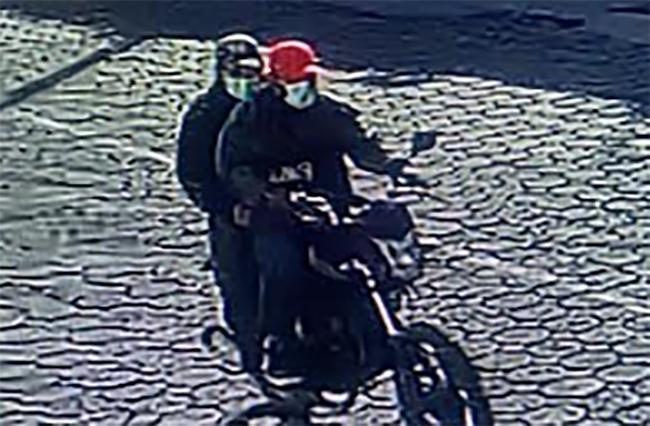 Ladrones a bordo de una motocicleta asaltan negocio en Tecamachalco