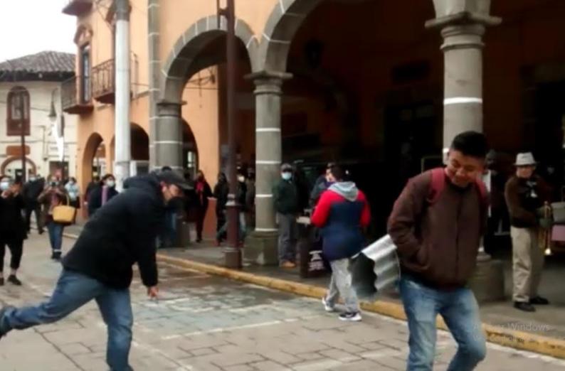 Lanzando láminas y con tubos de hule espuma exigen a vecinos de Huauchinango usar cubrebocas