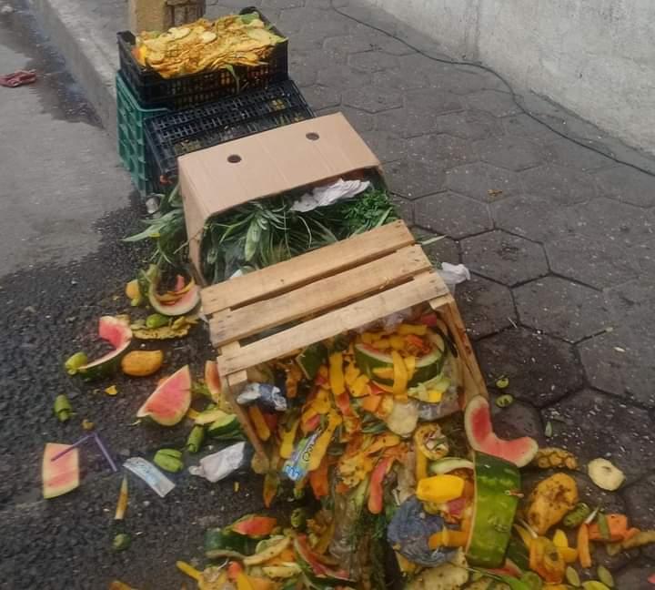Montoneras de basura dejan comerciantes en calles de Rafael Lara Grajales