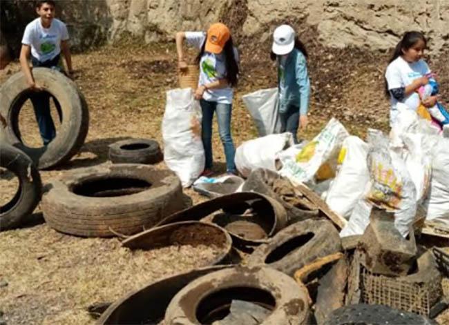 Retiran más de una tonelada de basura de barranca en Tlahuapan
