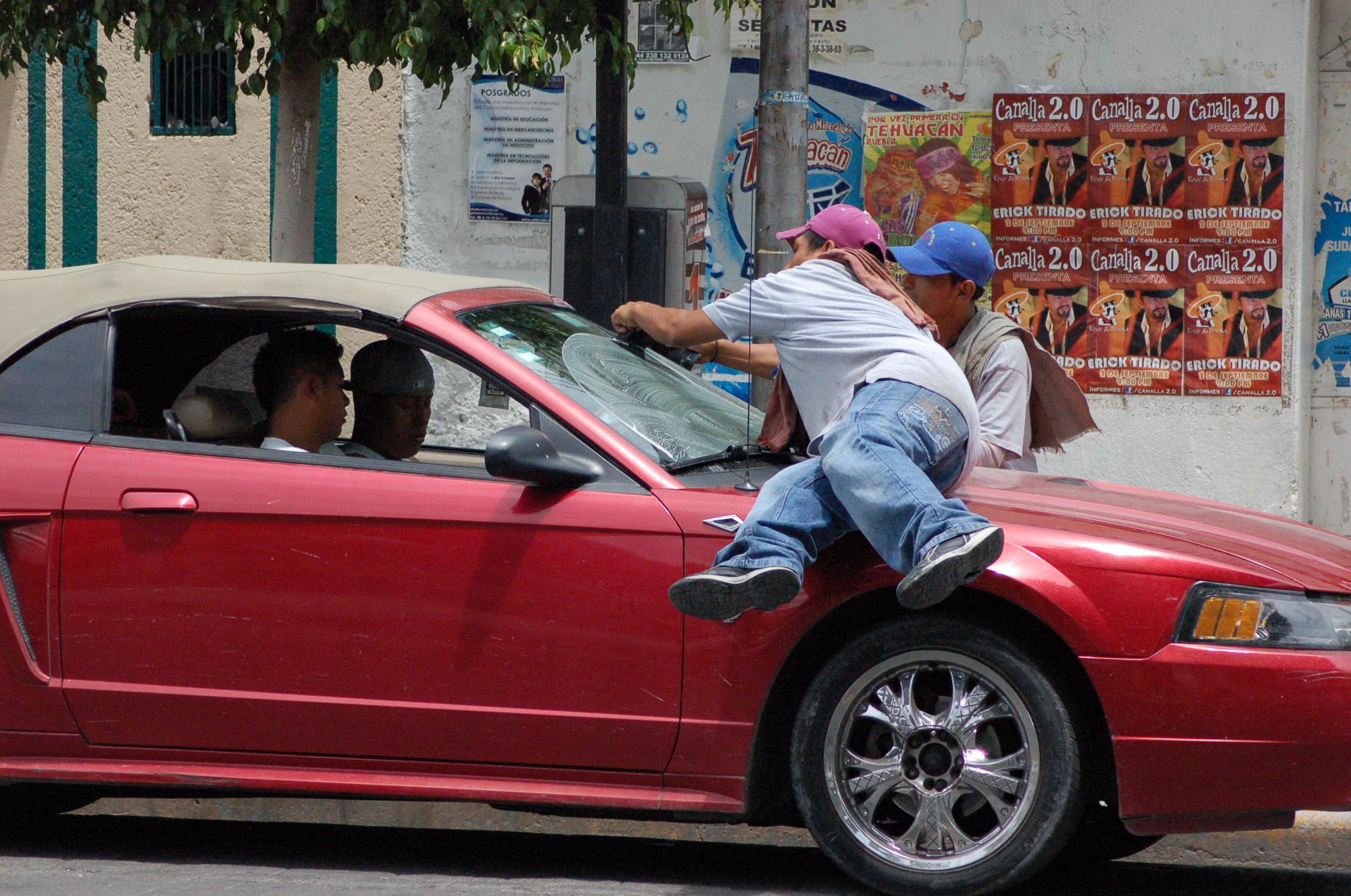 Temen agresiones de limpiaparabrisas drogados en Tehuacán