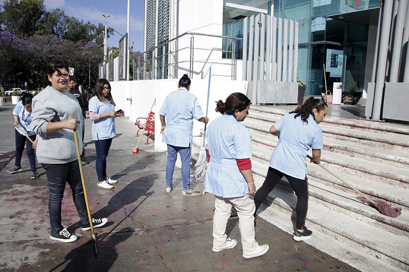 Tras marcha, mujeres limpian Fiscalía en Un día sin nosotras