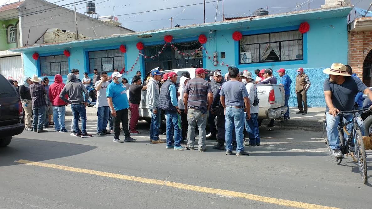 VIDEO Queman camioneta y casi a un ladrón de una moto en Tlalancaleca