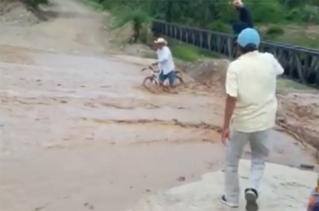 VIDEO Hermanos salvan a abuelito en Ajalpan cuando se lo llevaba la corriente de agua