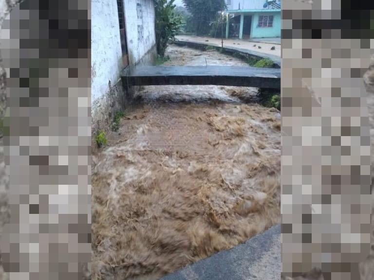 Intensas lluvias inundan viviendas de Tlaola