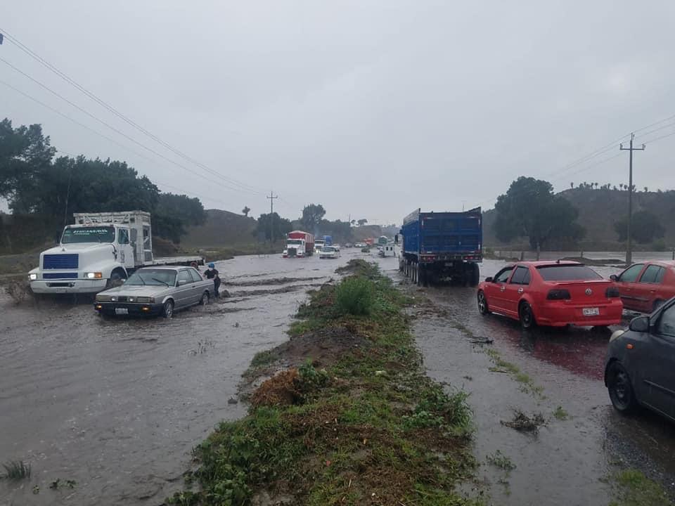 Lluvia deja varados a automóviles en la federal Puebla-Xalapa