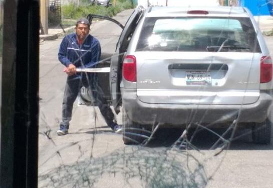 En plena carretera sujeto machetea camión de pasajeros en la federal a Tehuacán