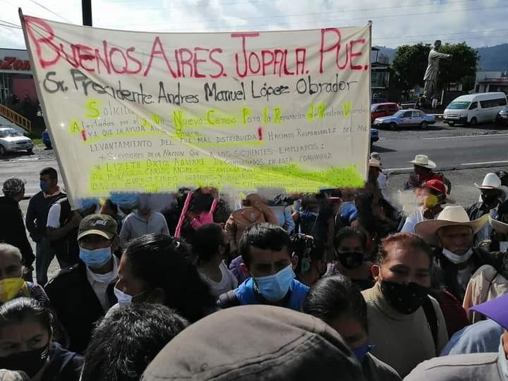 VIDEO Así irrumpen manifestantes en evento de AMLO en Huauchinango