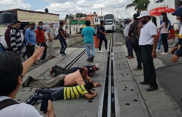 Tras manifestación, colocan semáforo en Momoxpan