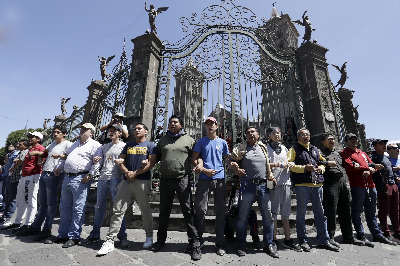 Con rosario en mano, católicos enfrentan a la Marcha de las Putas