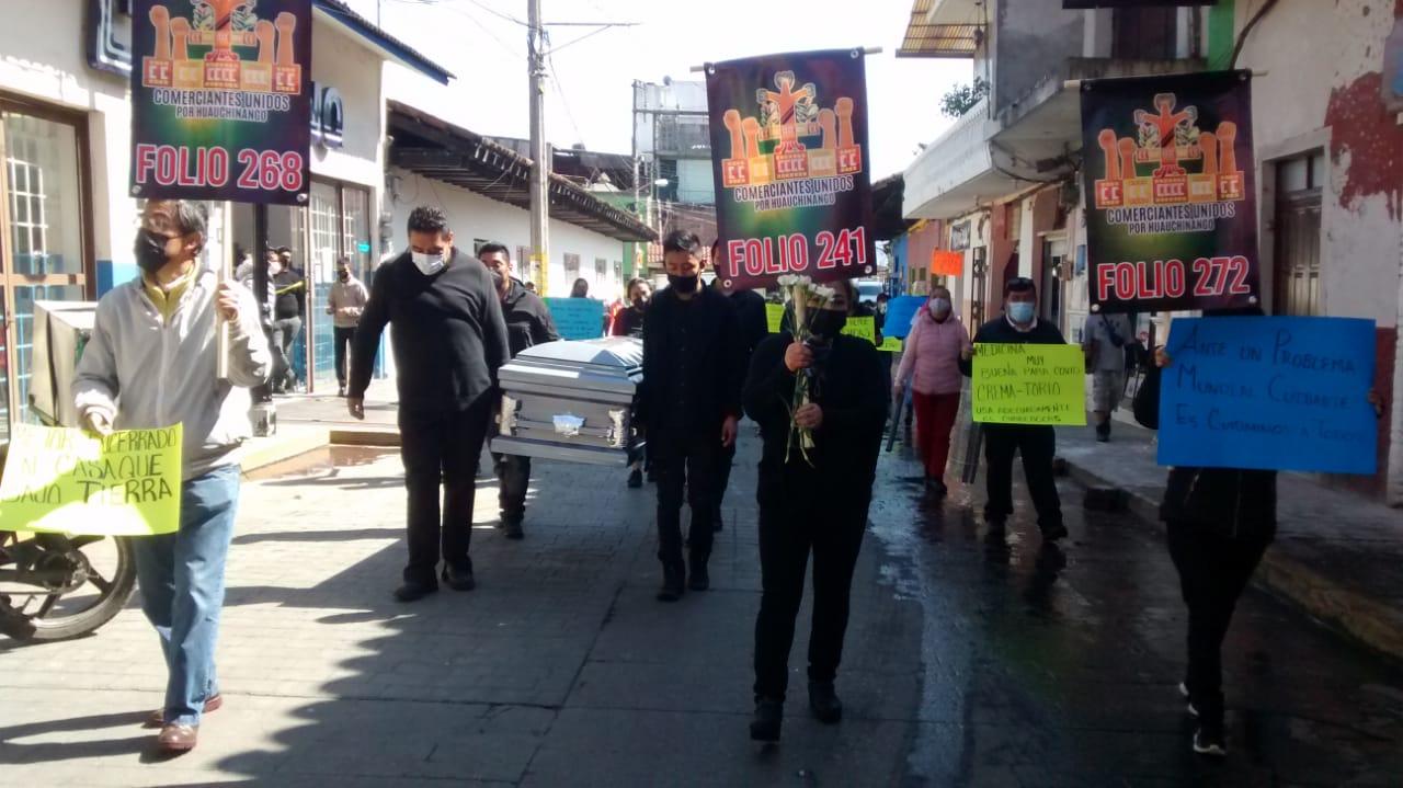 Pasean ataúd para promover uso de cubrebocas en Huauchinango