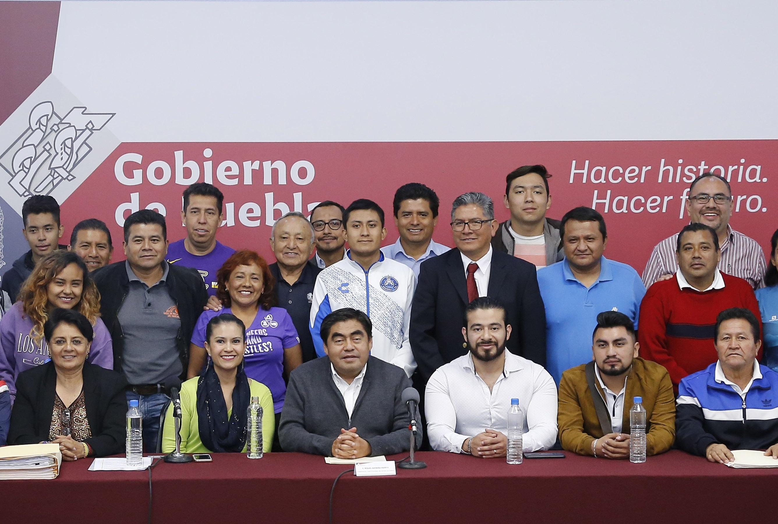 Ofrece Barbosa rehabilitar espacios deportivos en Tehuacán