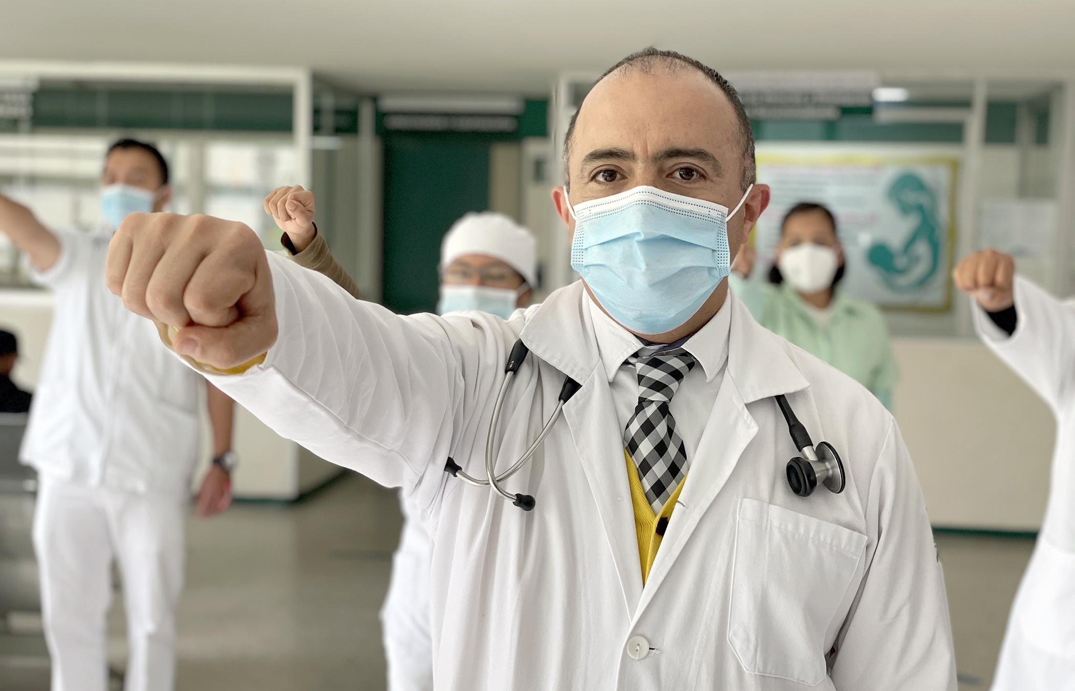 Médico del IMSS Puebla regresa a salvar vidas tras 12 días intubado por COVID