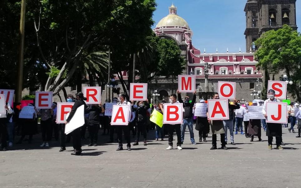 Por falta de empleo, meseros protestan en zócalo de Puebla
