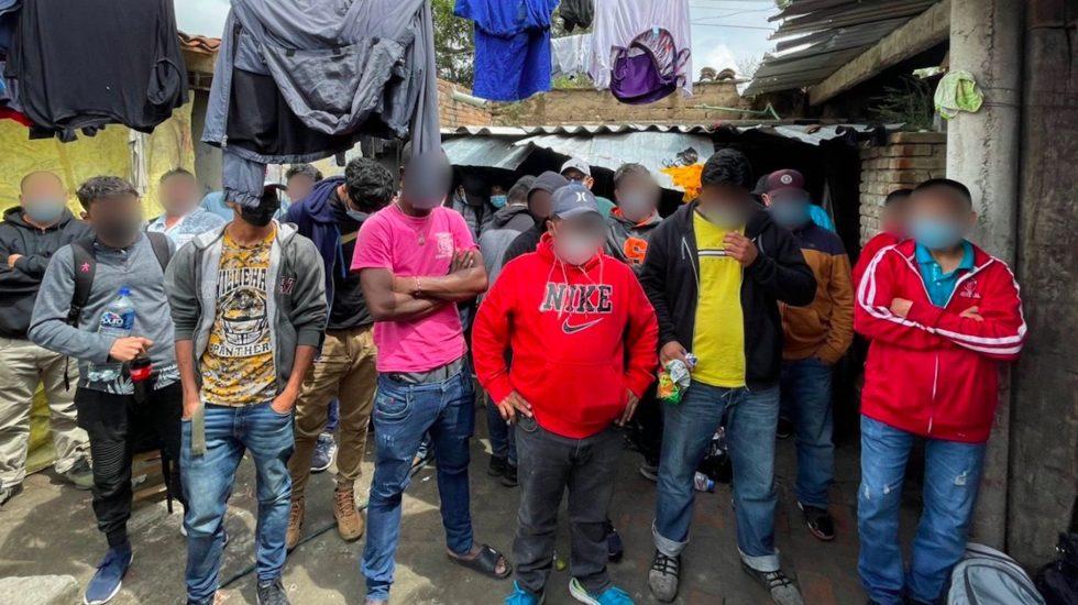Ascienden a 133 migrantes rescatados de casa de seguridad en Puebla