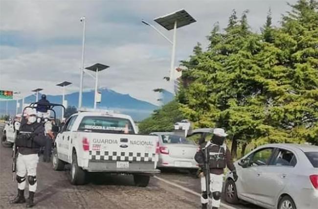 En caravana de autos Uber detienen a 30 centroamericanos en Libres