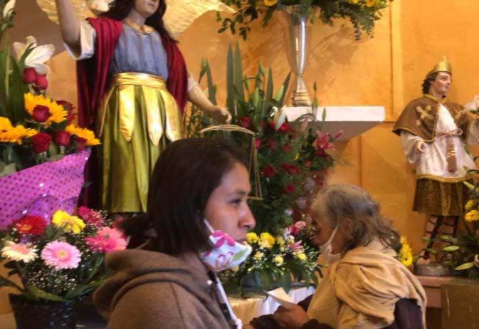 Covid, frío y lluvia no impiden festejar a San Miguel en Atlixco