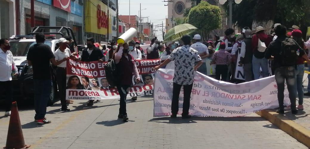 Integrantes de Morena se manifiestan contra la imposición de Toledo en Texmelucan