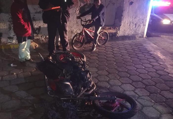Conductor le pasa encima a motociclista y casi es linchado en Atlixco