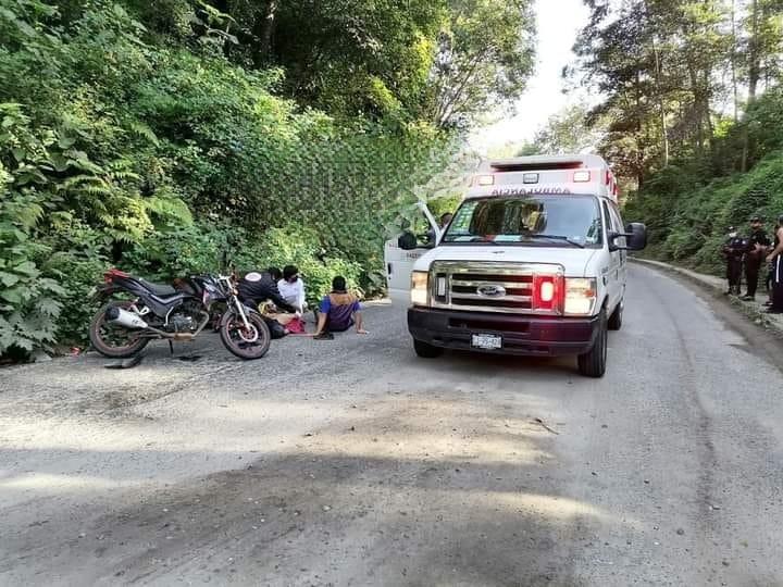Auto choca de frente contra moto en Zacapoaxtla