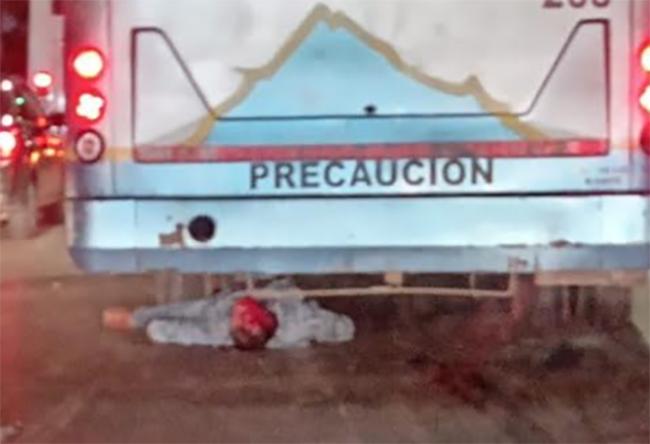 Ruta ATAH le pasa encima y mata a motociclista frente a la Central de Abasto en Puebla