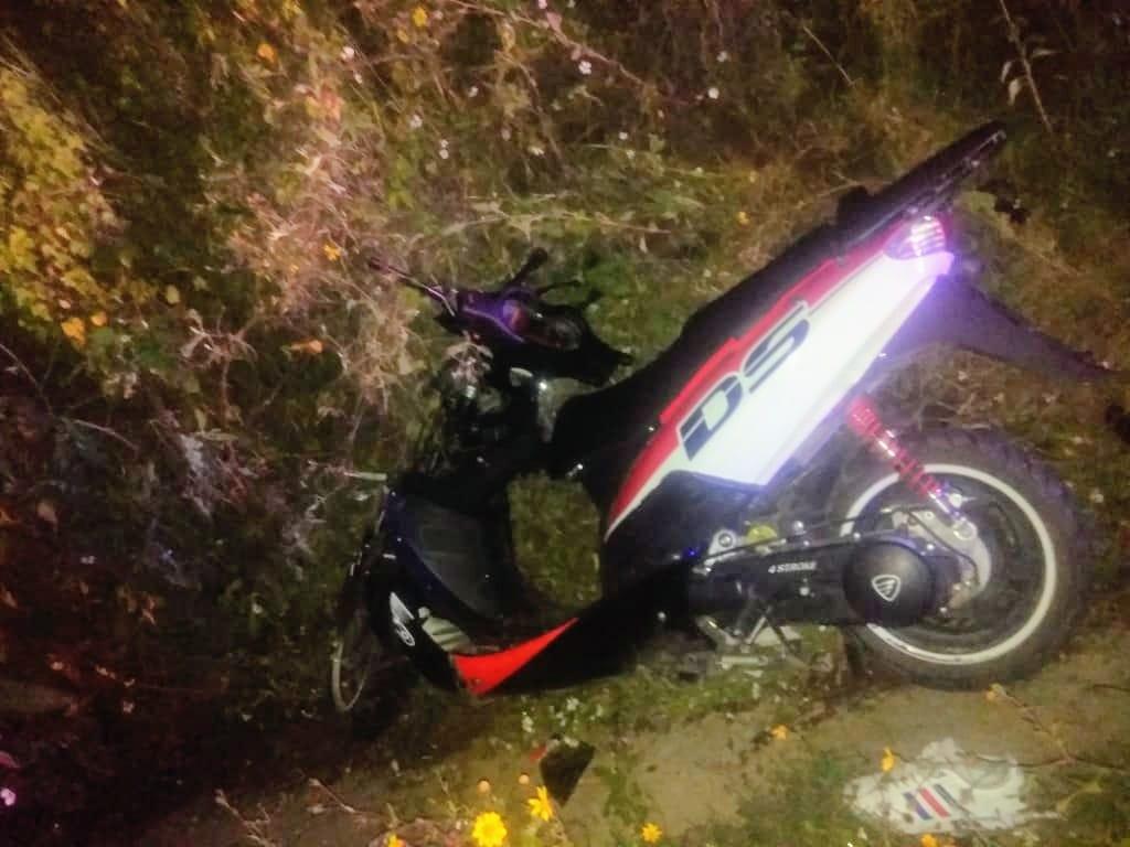 Joven motociclista se estrella contra poste en límites entre Huejotzingo y Domingo Arenas