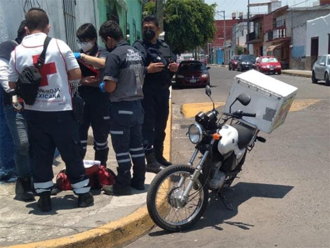 Auto embiste a motociclista en Atlixco