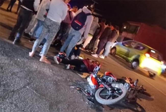 Microbús embiste a mujer en moto rumbo a San Miguel Canoa en Puebla