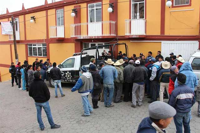 Policías golpean a opositores a LWI durante informe de Ocotepec