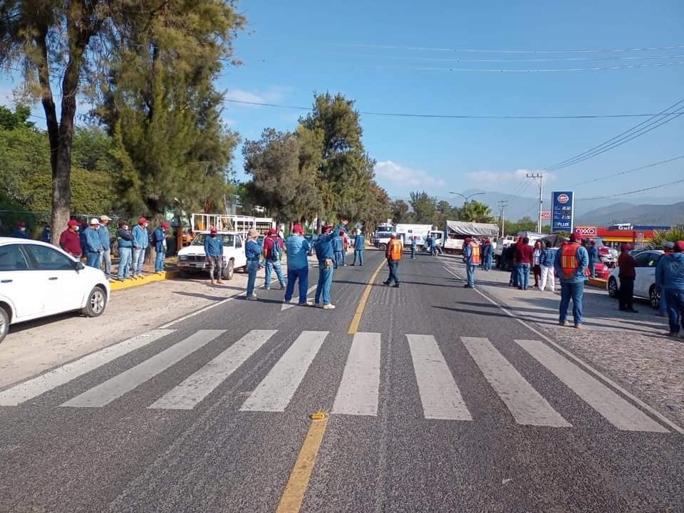 Cierran trabajadores del Oosapat carretera federal Tehuacán-Teotitlán