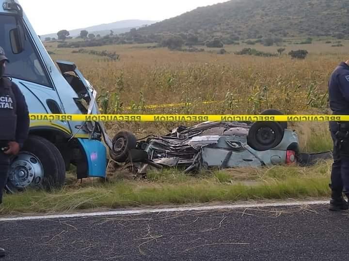 Auto invade carril y choca contra minibús en Oriental: hay un muerto