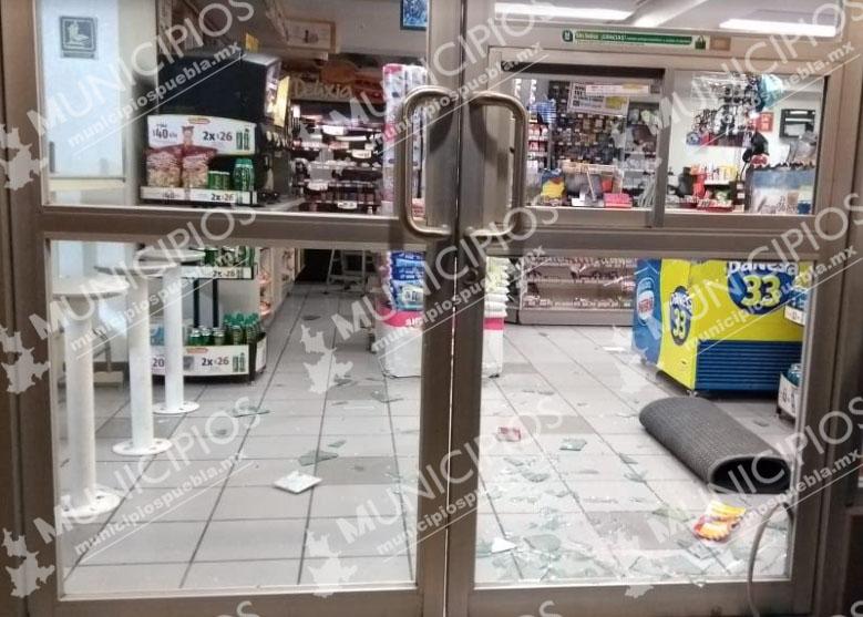De madrugada asaltan dos tiendas Oxxo en Tecamachalco