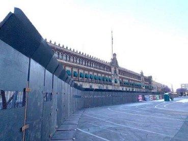 VIDEO Vallas en Palacio Nacional son para evitar confrontaciones: AMLO