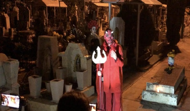 El panteón de Atlixco lo convierten en teatro en Todos Santos