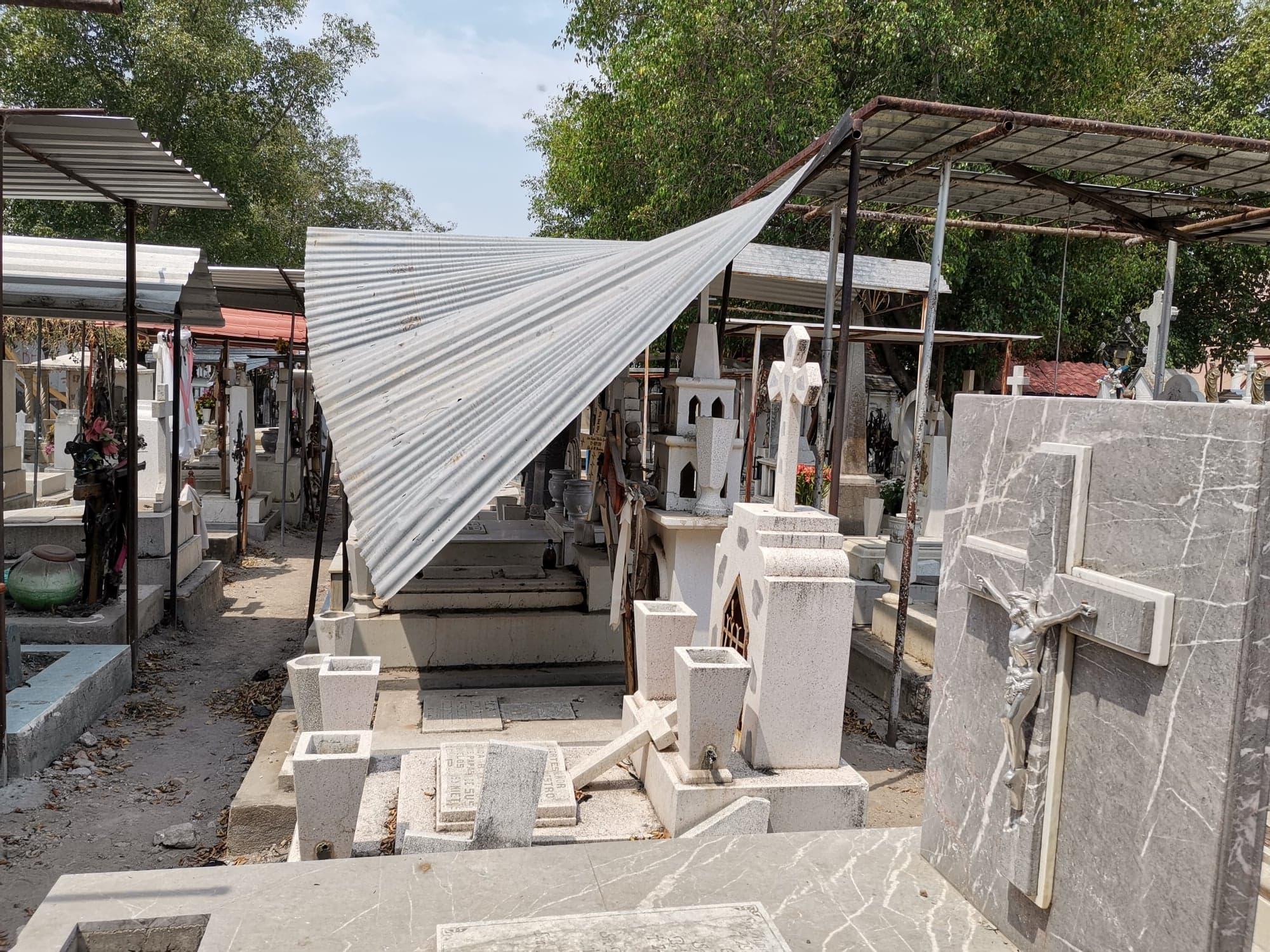 En pésimas condiciones se encuentran el panteón municipal de Izúcar