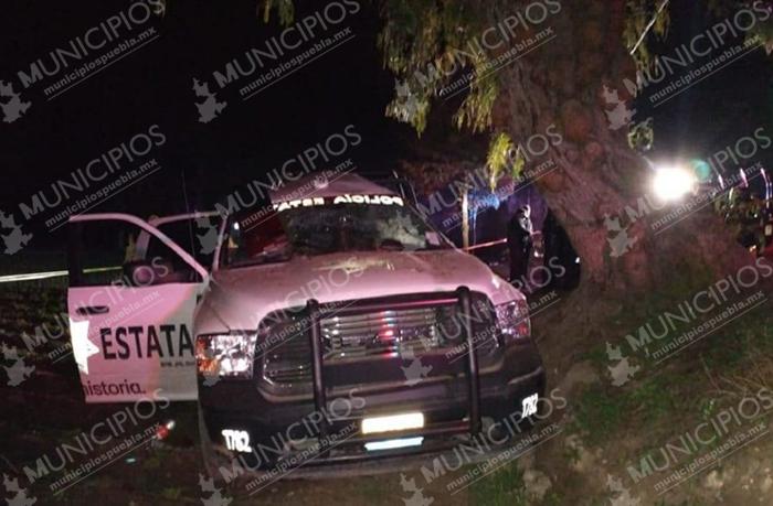 Muere policía estatal al estrellar su patrulla contra un árbol en Acatzingo