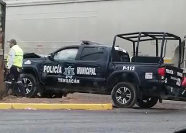 Choca patrulla en Tehuacán al intentar ganarle al tren