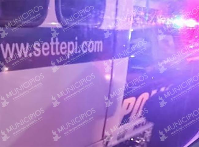 Patrulla se estampa en la parte trasera de autobús de personal en Puebla