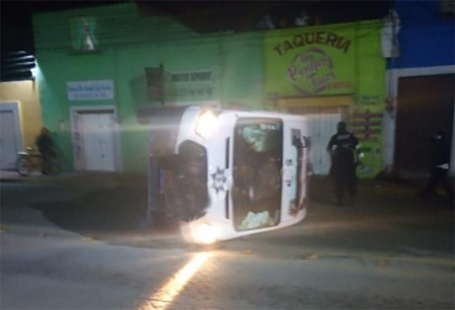 Ruta 14 embiste a patrulla y la voltea en Cholula