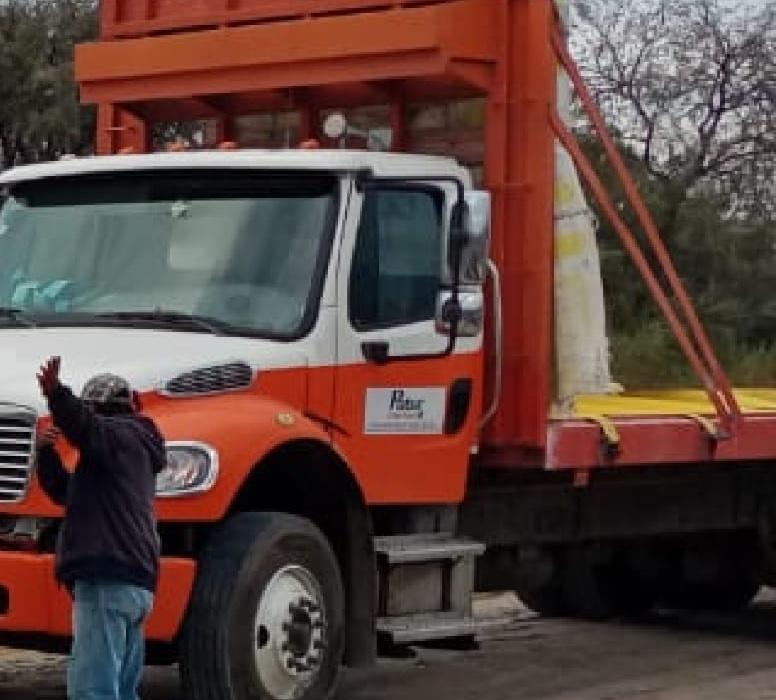 Policías de Tecamachalco recuperan tractocamión robado en Palmar de Bravo