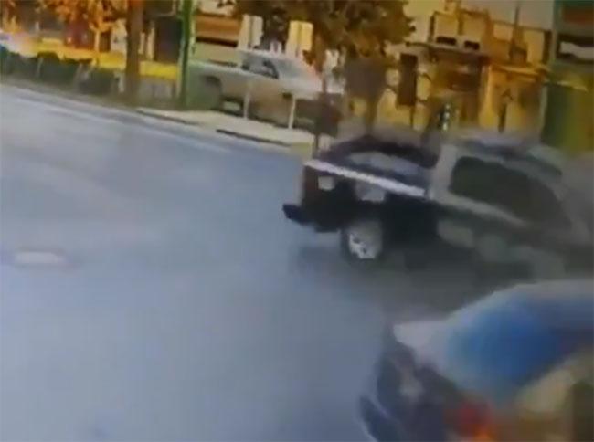 VIDEO Patrulla se pasa el alto, choca con auto y mata a abuelito