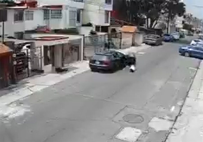 VIDEO Captan a joven cuando lanza a su novia desde un Audi