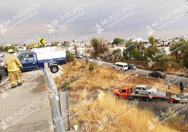 En Cholula camioneta se queda a punto de caer varios metros en el Periférico