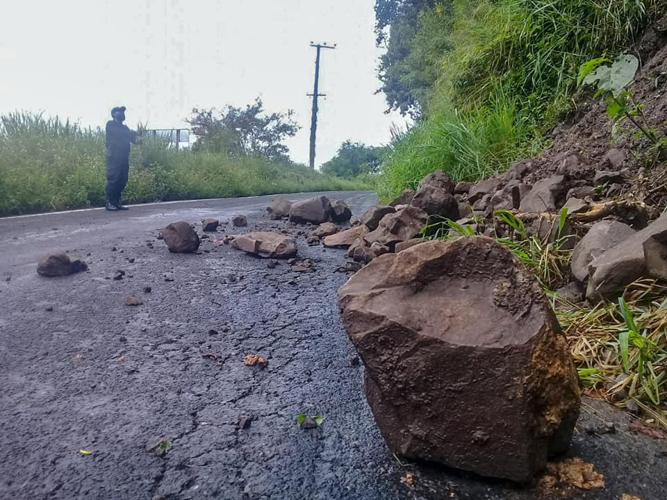 Lluvia provoca deslaves en caminos de Huauchinango