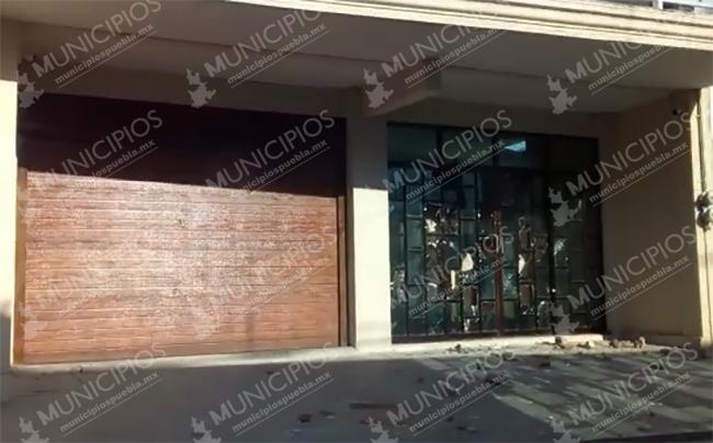VIDEO Apedrean casa de alcaldesa de Epatlán; la población pide su destitución