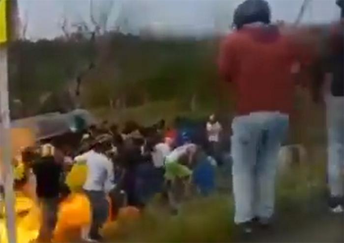 VIDEO Al querer ordeñar pipa de gasolina volteada les explota