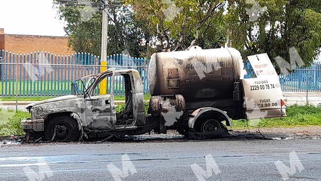 Se calcina pipa de gas y causa alarma entre vecinos de Puebla capital