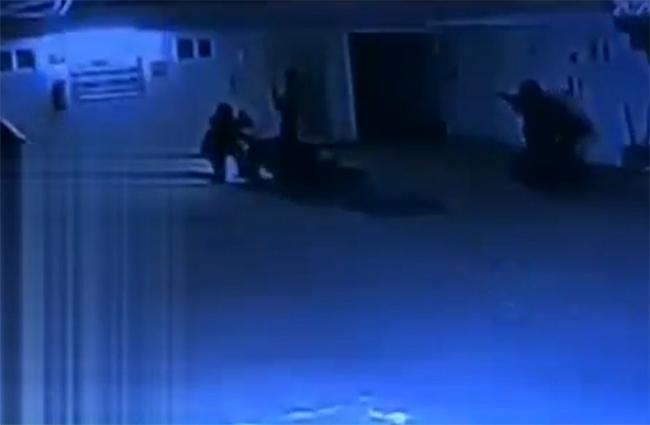 VIDEO Comando entra a motel e intenta plagiar a una joven en Puebla