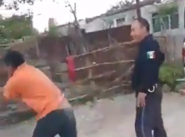 VIDEO Despiden a policía que accionó su arma durante riña en Tecali