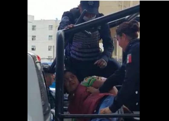 VIDEO A empujones y patadas derriban a detenida en Amalucan